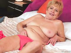 Seductive chubby cougar sucks cock and decides to passionately ride it